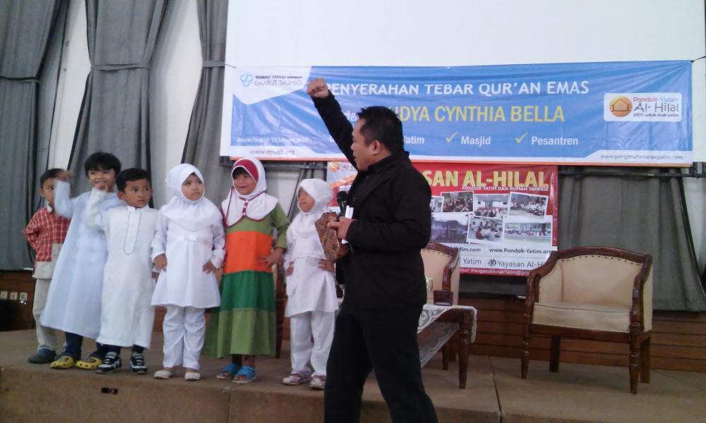 Laudya Cynthia Bella Wakaf Quran Emas ke Anak Yatim al-Hilal 3