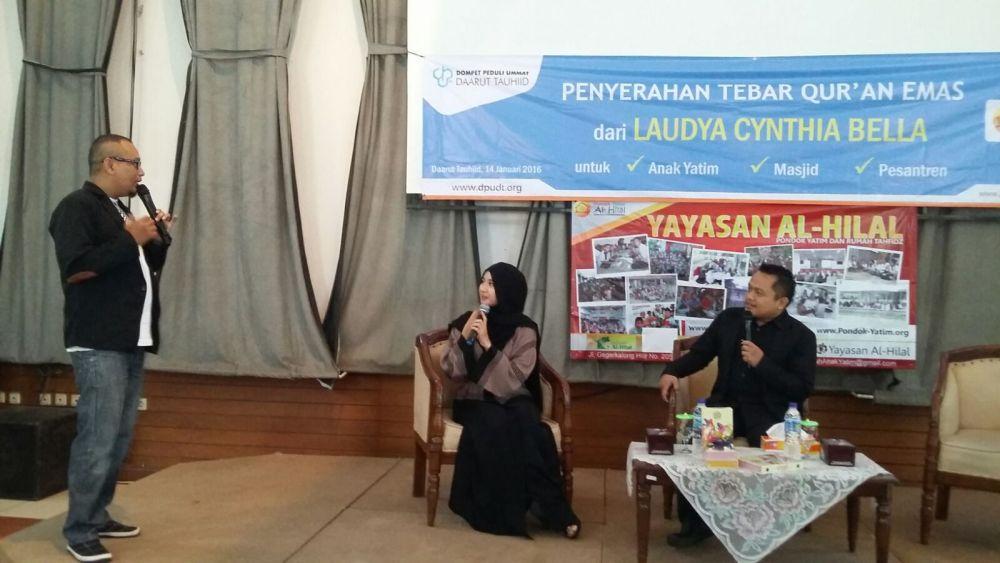 Laudya Cynthia Bella Wakaf Quran Emas ke Anak Yatim al-Hilal 1