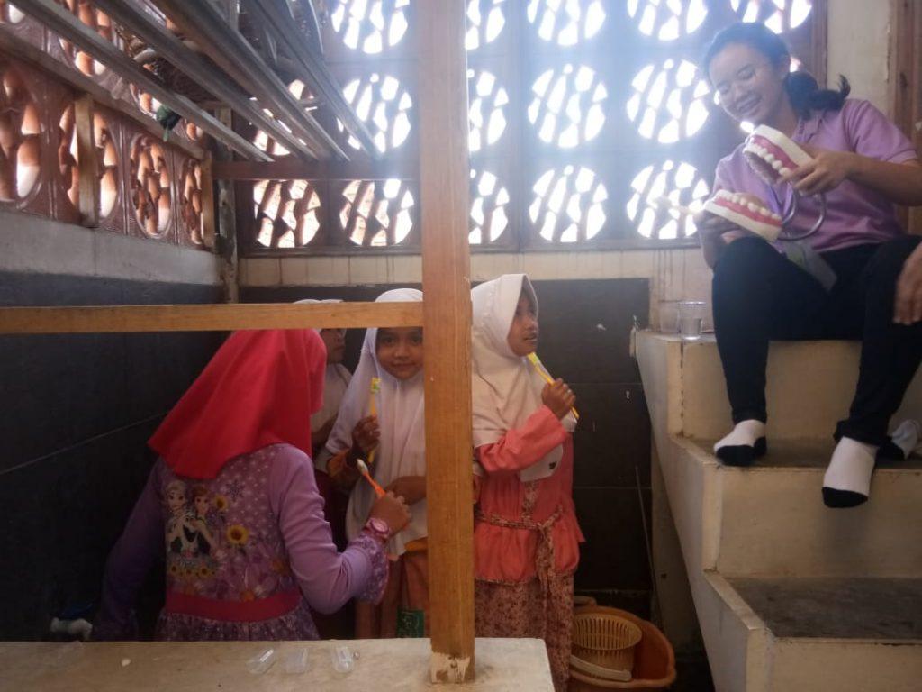 Universitas Maranatha Berbagi Ilmu Tentang Kebersihan Gigi di Pesantren al-Hilal 1