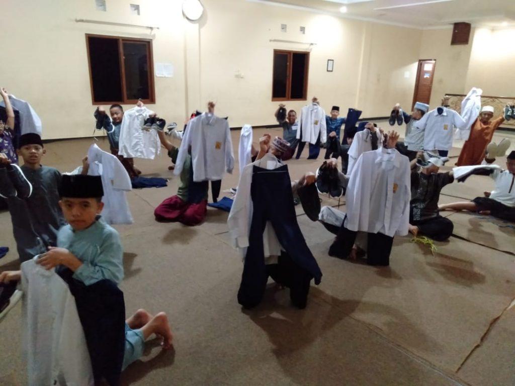 Unik, Pengurus Pesantren Mengecek Kelengkapan Sekolah Santri 1