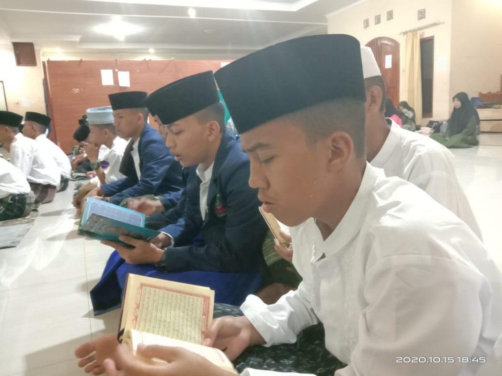 Doa bersama sekaligus yasinan dengan santri yatim dan santri penghafal Al-Qur'an Pesantren Al-Hilal 3