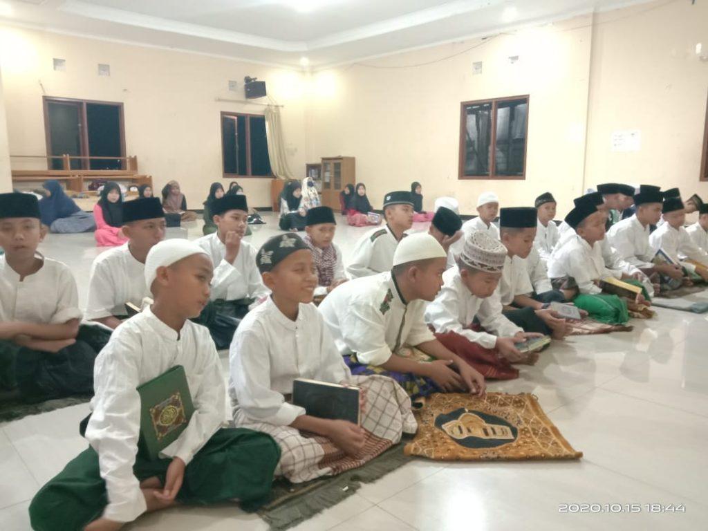 Doa bersama sekaligus yasinan dengan santri yatim dan santri penghafal Al-Qur'an Pesantren Al-Hilal