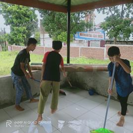 Peduli Kebersihan Santri Bersih-Bersih Mushola Di Area Pesantren Al-Hilal Manisi 3